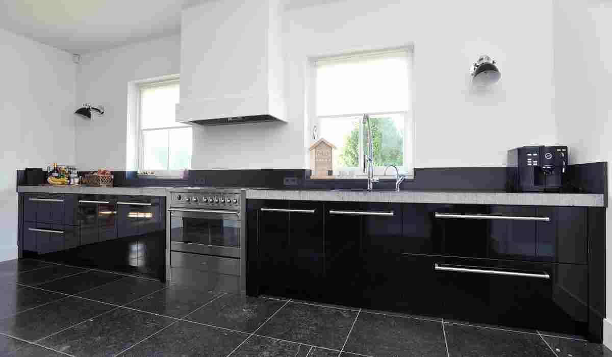Keuken zwart hoogglans strijklak